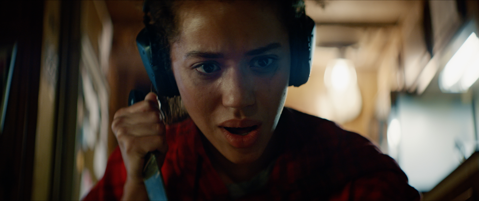 Jasmin Savoy Brown as Alexis, holding knife in Sound of Violence