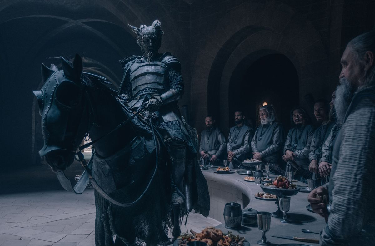 the-green-knight-2021-ralph-ineson-round-table